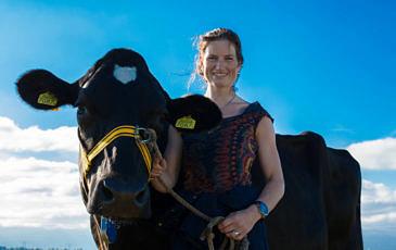 Boerin agnes met koe