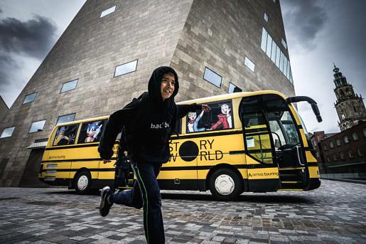 Story world bus met jongere